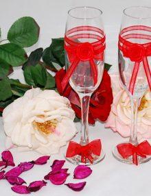 Pahare pentru miri accesorizate cu trandafiri si fundite din organza rosie