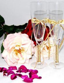 Set pahare miri accesorizate cu panglica si funde aurii