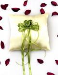 Pernuta pentru verighete din saten crem accesorizata cu trandafiri