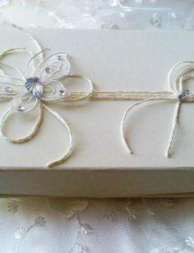 Cutie crem pentru cruciulite cu floare
