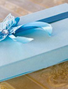 Cutie bleu pentru cruciulite cu fluturas din organza