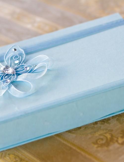 Cutie bleu pentru cruciulite decorata cu panglica si fluture din organza