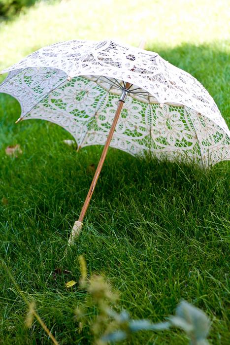 Umbrela dantela crem si maner din lemn de bambus