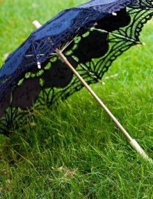 Umbrela dantela neagra si maner din lemn de bambus